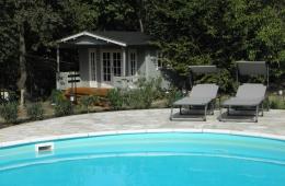 Dichtbij het zwembad