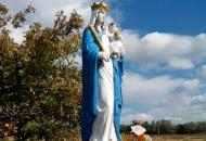 Mariabeeld bij het dorp