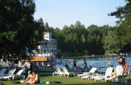 Baden en zonnen bij het meer van Héviz