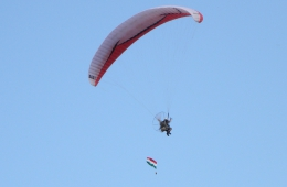 Paragliding boven de heuvels