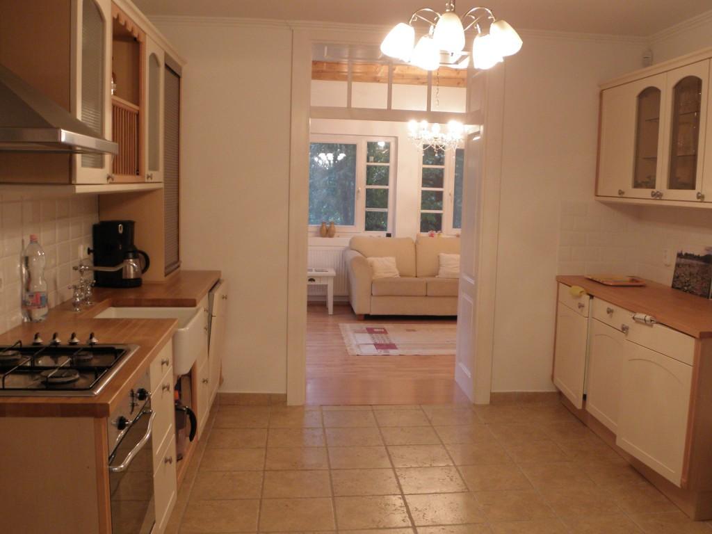 Keuken met woonkamer op achtergrond