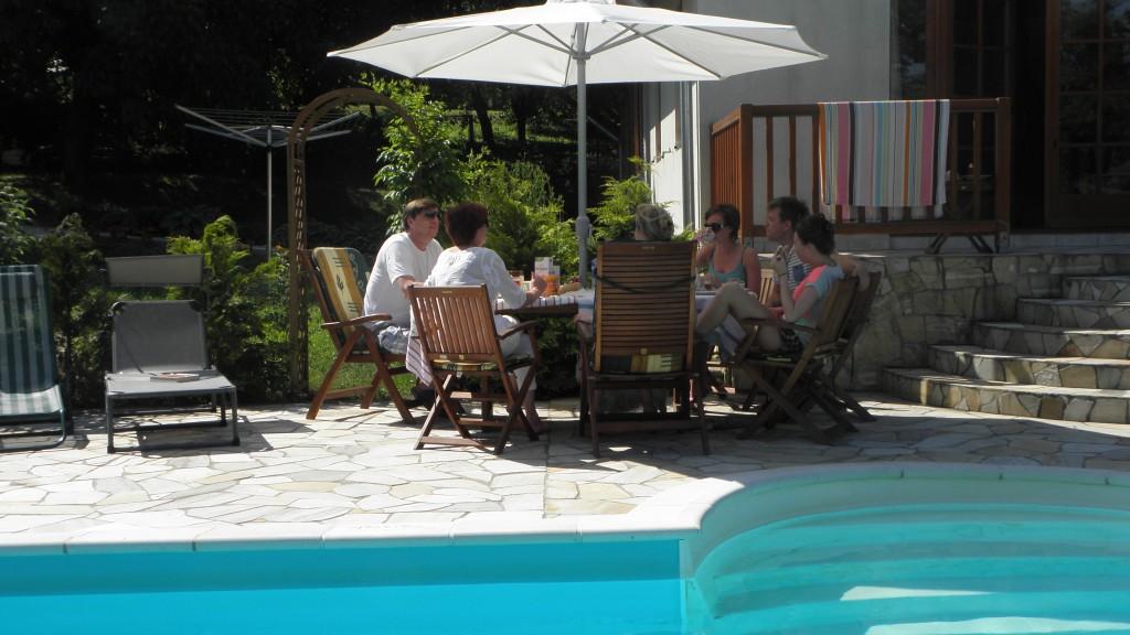 Ontbijten bij het zwembad