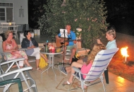 Gezellige avond buiten op het terras van Villa Zala