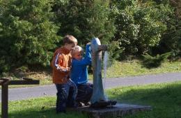 Spelen bij de dorpspomp