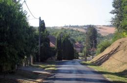 Uitzicht-op-de-heuvels-vanaf-de-dorpstraat