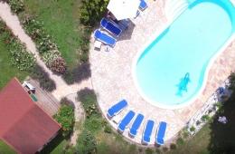 Sauna en zwembad van bovenaf